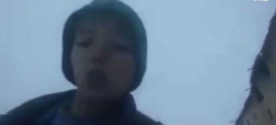 أزيلال: السلطات المحلية وجمعيات خيرية تستجيب لنداء طفل يعيش وسط الثلوج