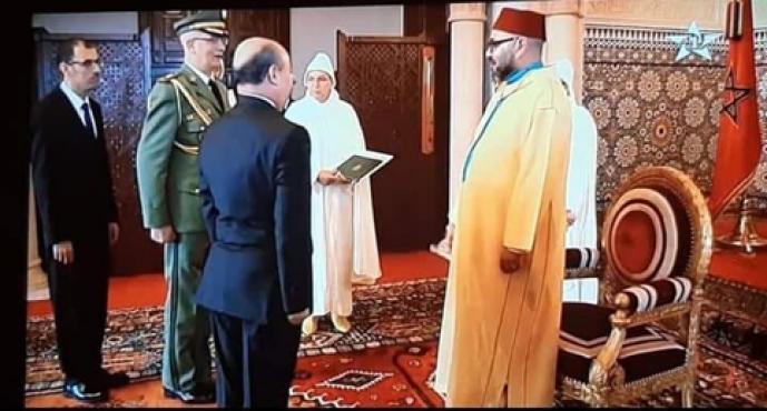 السفير الجزائري يحاول تعديل صورة يظهر في خلفيتها الملك محمد السادس